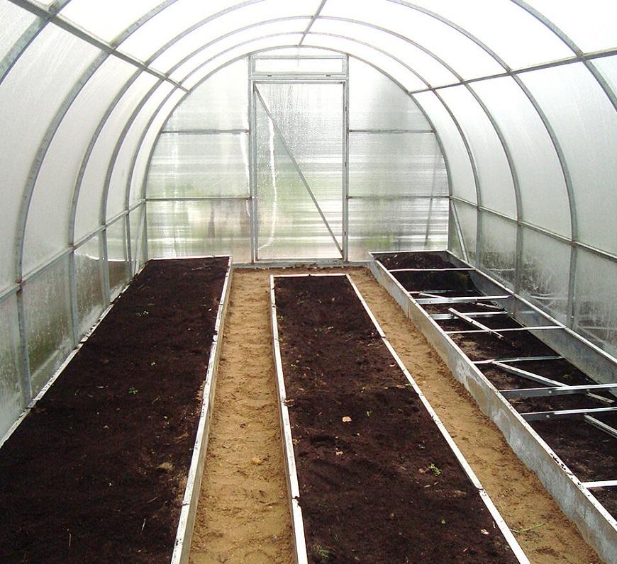 Готовим почву в теплице к посадкам